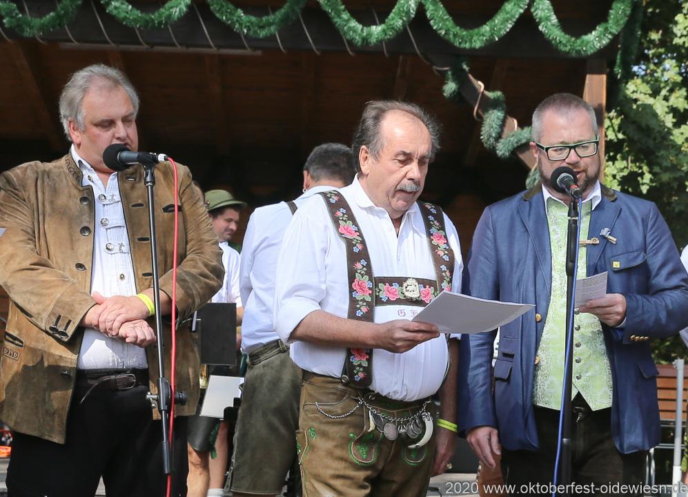 Gerhard Kirchner (Mitte),  Michael Blaudszun (re.),  Wiesnbierprobe und Bierorden an Luise Kinseher im Biergarten der Hirschau in München 2020