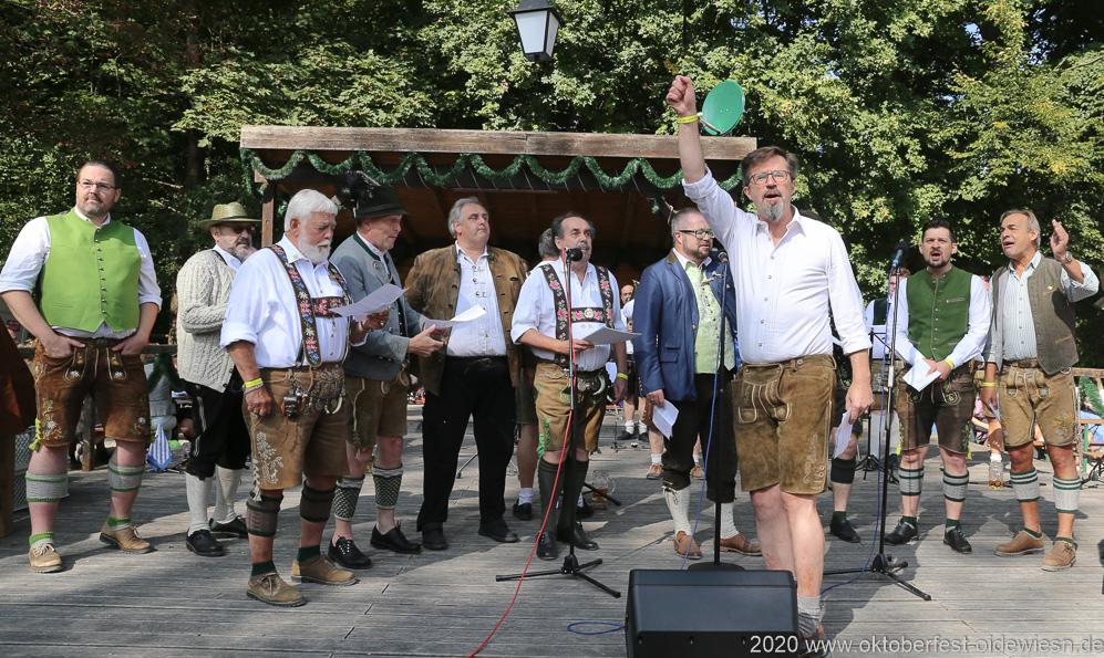 Chor der Damischen Ritter,  Wiesnbierprobe und Bierorden an Luise Kinseher im Biergarten der Hirschau in München 2020