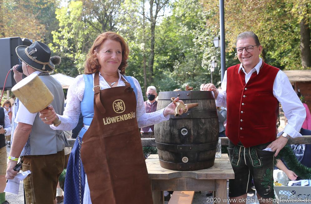 Luise Kinseher und Bernhard Klier,  Wiesnbierprobe und Bierorden an Luise Kinseher im Biergarten der Hirschau in München 2020