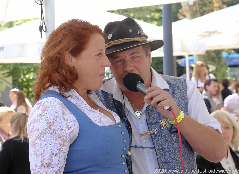 Luise Kinseher und Karl Auberger,  Wiesnbierprobe und Bierorden an Luise Kinseher im Biergarten der Hirschau in München 2020
