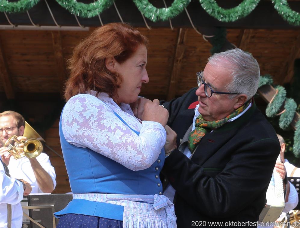 Luise Kinseher und Hans-Peter Stadler,  Wiesnbierprobe und Bierorden an Luise Kinseher im Biergarten der Hirschau in München 2020