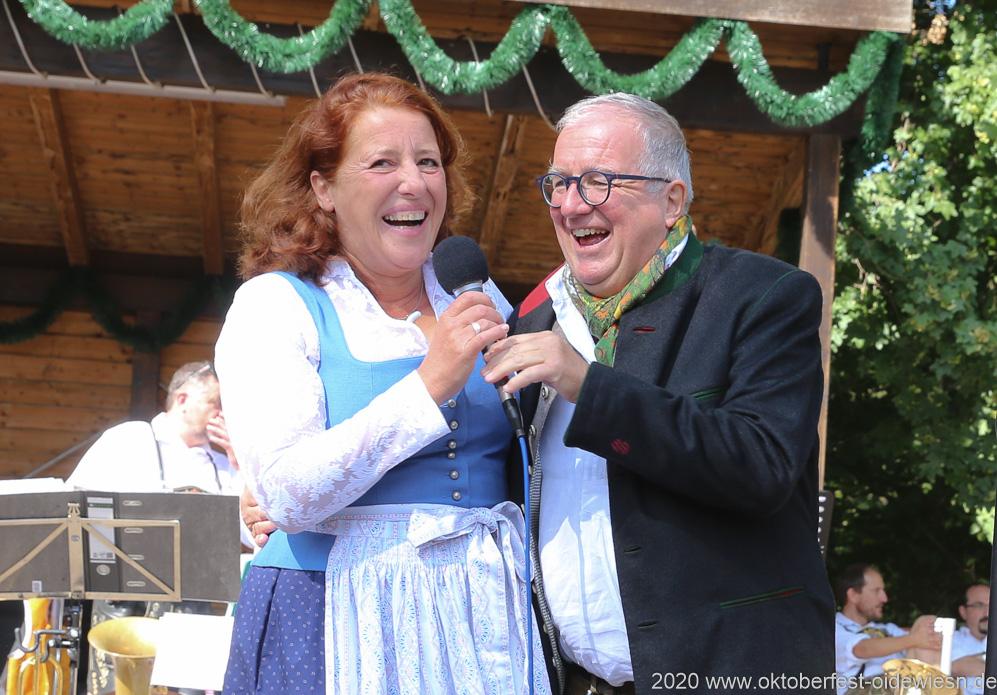 Luise Kinseher und Hans Peter Stadler,  Wiesnbierprobe und Bierorden an Luise Kinseher im Biergarten der Hirschau in München 2020