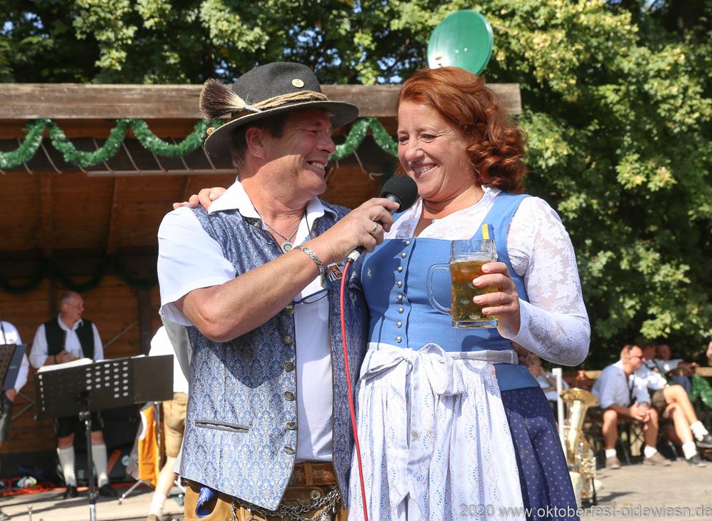 Karl Auberger und Luise Kinseher,  Wiesnbierprobe und Bierorden an Luise Kinseher im Biergarten der Hirschau in München 2020