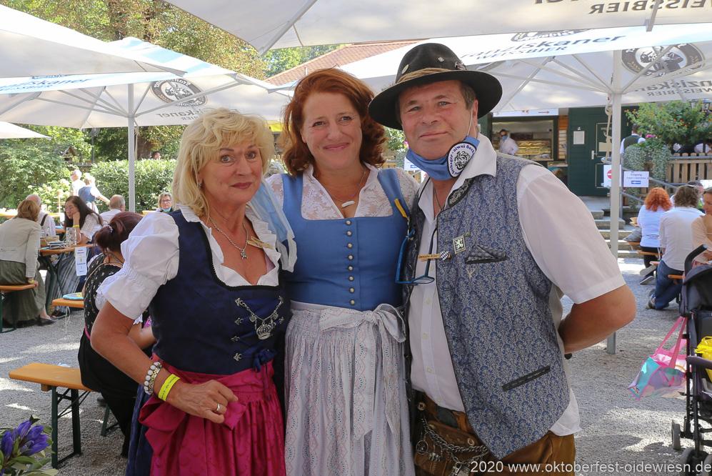 Luise Kinseher (Mitte), Karl Auberger (re.),  Wiesnbierprobe und Bierorden an Luise Kinseher im Biergarten der Hirschau in München 2020