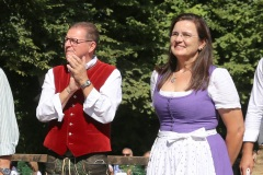 Bernhard Klier und Steffi Spendler,  Wiesnbierprobe und Bierorden an Luise Kinseher im Biergarten der Hirschau in München 2020