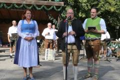 Luise Kinseher, Hans-Peter Stadler, André Hartmenn (von li. nach re.),  Wiesnbierprobe und Bierorden an Luise Kinseher im Biergarten der Hirschau in München 2020