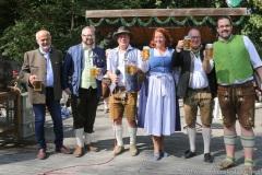 Luise Kinseher, Hans-Peter Stadler (von li. nach re.),  Wiesnbierprobe und Bierorden an Luise Kinseher im Biergarten der Hirschau in München 2020