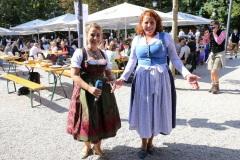 Constanze Lindner und Luise Kinseher (re.),  Wiesnbierprobe und Bierorden an Luise Kinseher im Biergarten der Hirschau in München 2020
