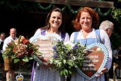 Steffi Spendler und Luise Kinseher (re.),  Wiesnbierprobe und Bierorden an Luise Kinseher im Biergarten der Hirschau in München 2020