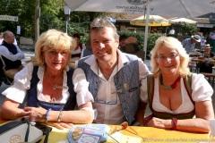 Karl Auberger (Mitte),  Wiesnbierprobe und Bierorden an Luise Kinseher im Biergarten der Hirschau in München 2020
