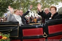 Janina und Thomas Roiderer (li.), Toni und Christl Roiderer (re.), Einzug der Wiesnwirte am Oktoberfest in München 2018