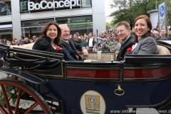 Michaela und Manfred Vollmer (li.),  Thomas Vollmer mit Frau (re.), Einzug der Wiesnwirte am Oktoberfest in München 2018