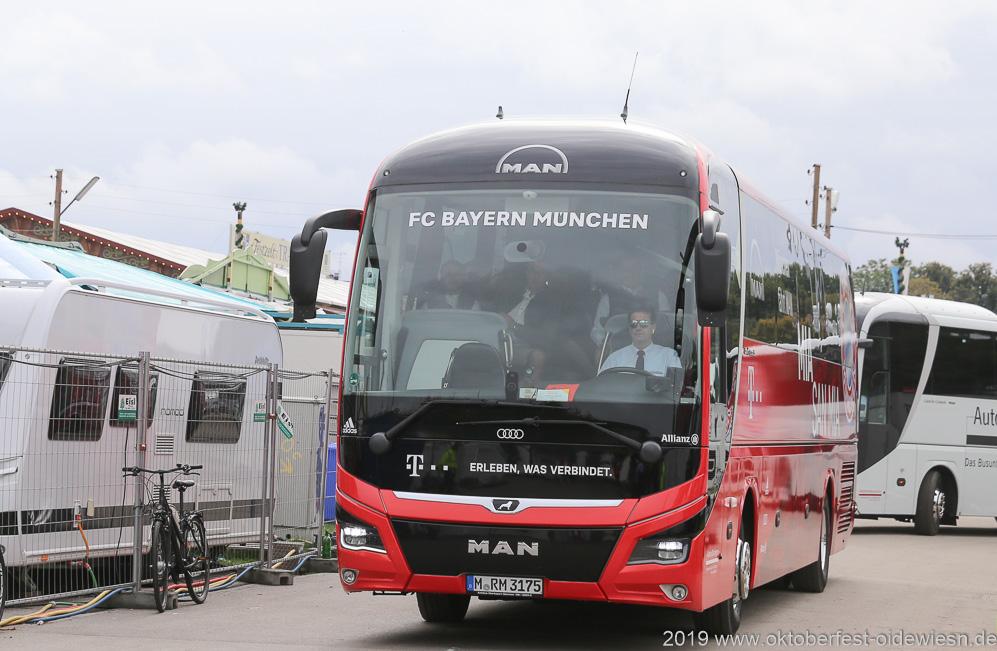 FC Bayern in Käfers Wiesnschenke am Oktoberfest in München 2019