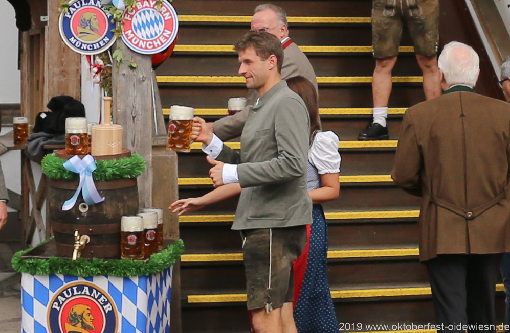 Thomas Müller, FC Bayern in Käfers Wiesnschenke am Oktoberfest in München 2019