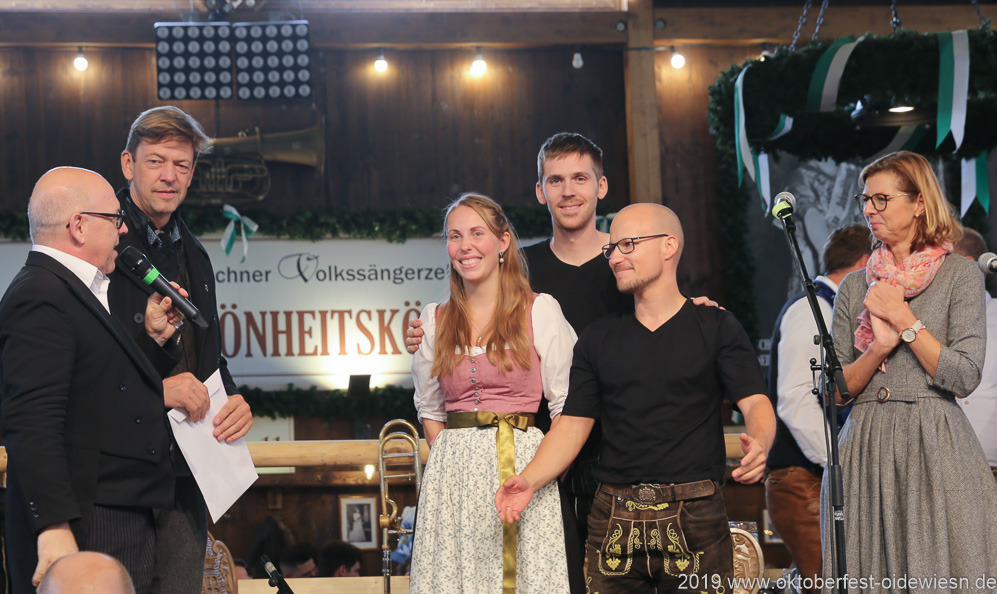"""Trio Stierig gewinnt den Talentwettbewerb """"Jetzt sing i"""" für die BR Brettlspitzen im Volkssängerzelt zur Schönheitskönigin auf der Oidn Wiesn in München am 5.10.2019"""