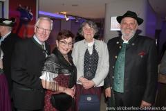 Toni und Christine Winklhofer (li.), Karl-Heinz und Christa Knoll (re.), Oide Wiesn Bürgerball im Deutschen Theater in München 2019