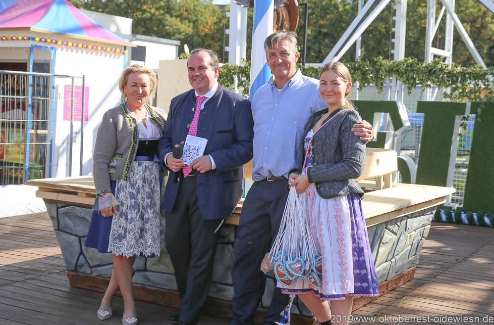 Christina Schneider, Clemens Baumgärtner, Ewald Schneider mit Tocher (von li. nach re.), Oktoberfest Presserundgang über die Theresienwiese in München  2019