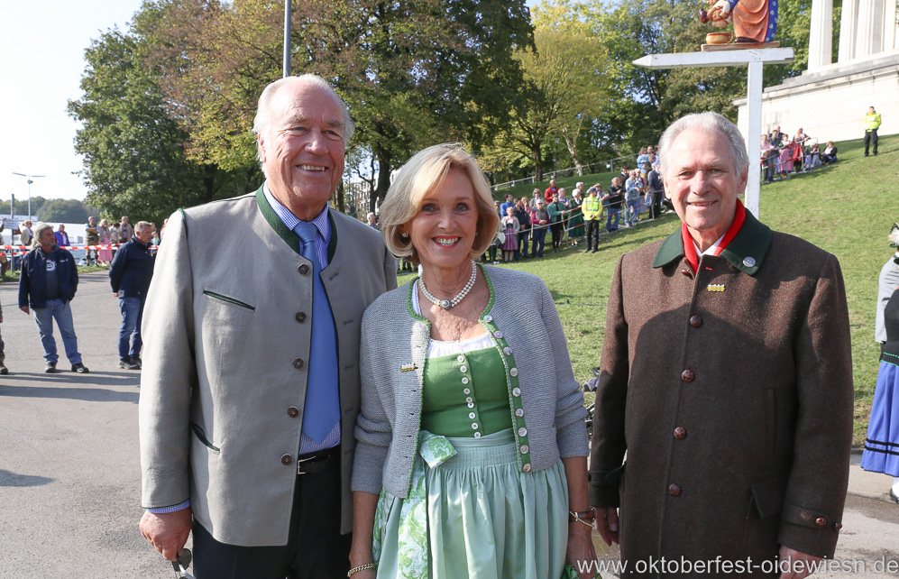Peter Inselkammer sen.,  Josefa Inselkammer, Hermann Memmel (von  re. nach li.), Wiesn Platzkonzert mit allen Wiesnkapellen unter der Bavaria am Oktoberfest in München 2018