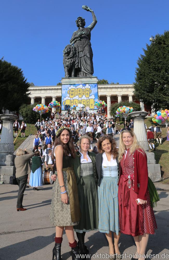 Ramona Pongratz (li.), Arabella Pongratz (2. von re.), Wiesn Platzkonzert mit allen Wiesnkapellen unter der Bavaria am Oktoberfest in München 2018