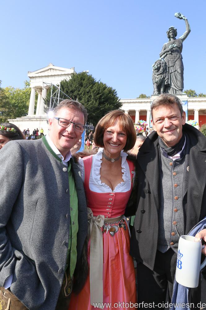 Bernhard und Frau mit Peter Reichert (re.), Wiesn Platzkonzert mit allen Wiesnkapellen unter der Bavaria am Oktoberfest in München 2018