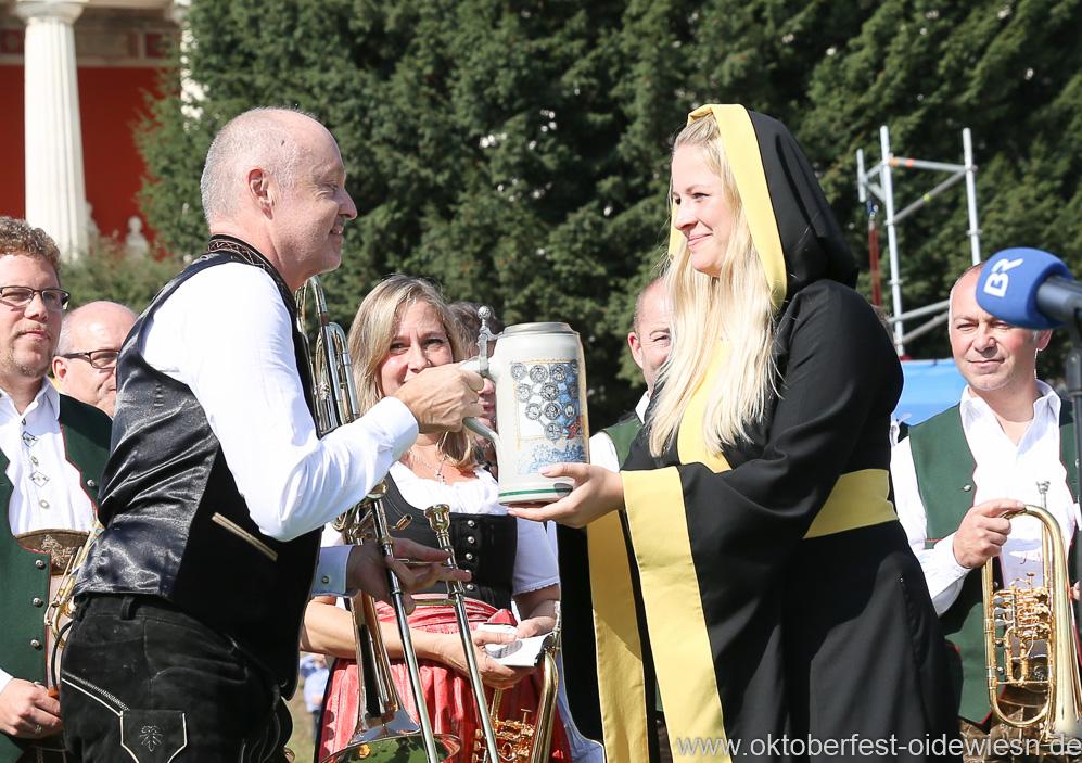Dany Bonvin und Viktoria Ostler, Wiesn Platzkonzert mit allen Wiesnkapellen unter der Bavaria am Oktoberfest in München 2018