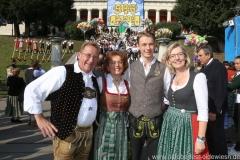 Alois Altmann (li.), Anneliese Haberl (2. von li.),  Antje Schneider (re.), Wiesn Platzkonzert mit allen Wiesnkapellen unter der Bavaria am Oktoberfest in München 2018