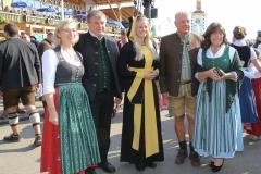Antje Schneider, Lorenz Stiftl, Viktoria Ostler, Dieter und Petra Reiter (von li. nach re.), Wiesn Platzkonzert mit allen Wiesnkapellen unter der Bavaria am Oktoberfest in München 2018