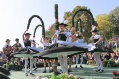Jugendtanzgruppe Chiemgauer München, Wiesn Platzkonzert mit allen Wiesnkapellen unter der Bavaria am Oktoberfest in München 2018