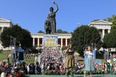 Ramona (li.) und Arabella (re.) Pongratz, Wiesn Platzkonzert mit allen Wiesnkapellen unter der Bavaria am Oktoberfest in München 2018