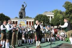 Oktoberfestmusikanten und Dany Bonvin, Wiesn Platzkonzert mit allen Wiesnkapellen unter der Bavaria am Oktoberfest in München 2018