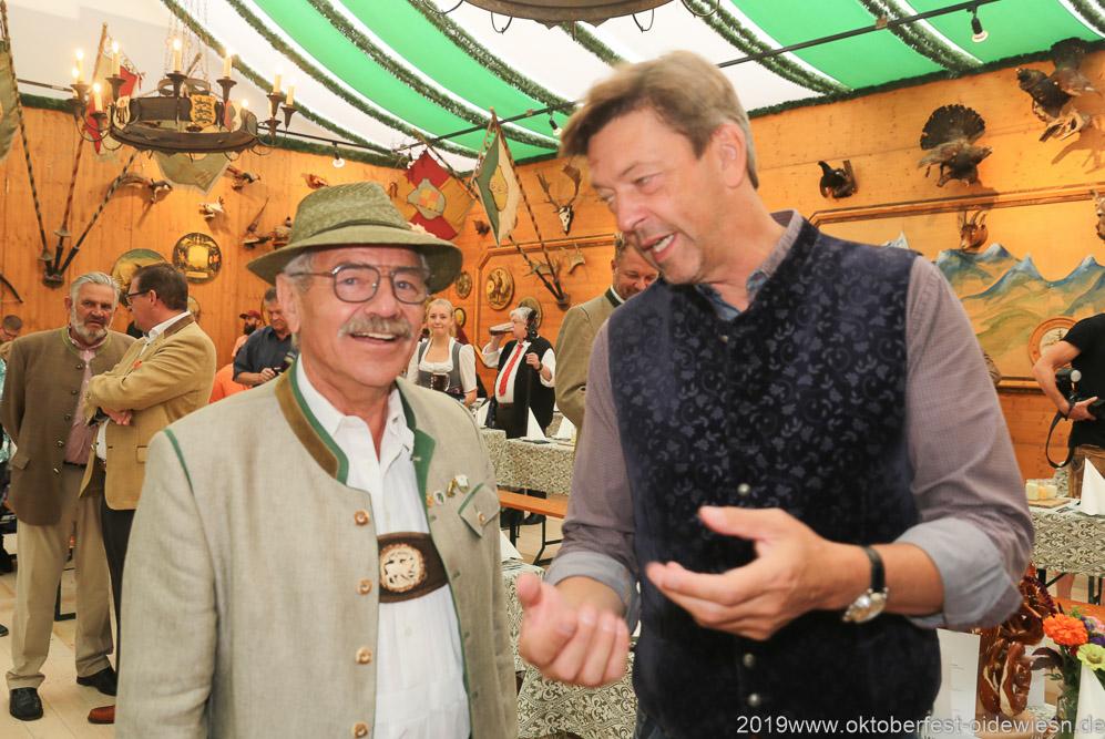 Otto Seidl und Peter Reichert (re.), Präsentation Wiesnkrug im Armbrustschützenzelt auf der Theresienwiese in München 2019