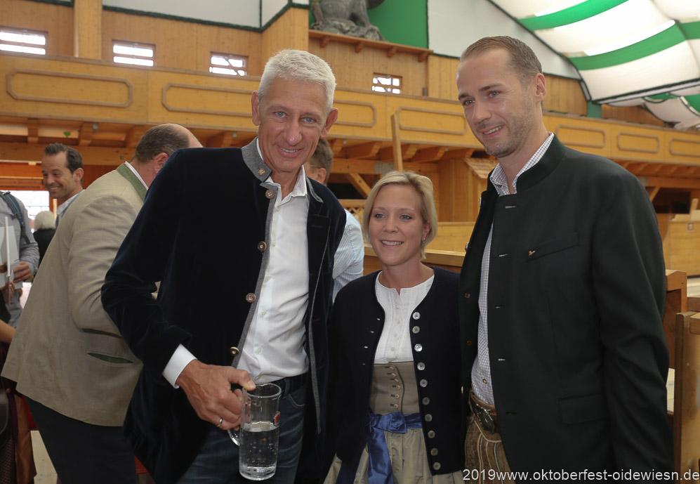Siegfried Able (li.), Präsentation Wiesnkrug im Armbrustschützenzelt auf der Theresienwiese in München 2019
