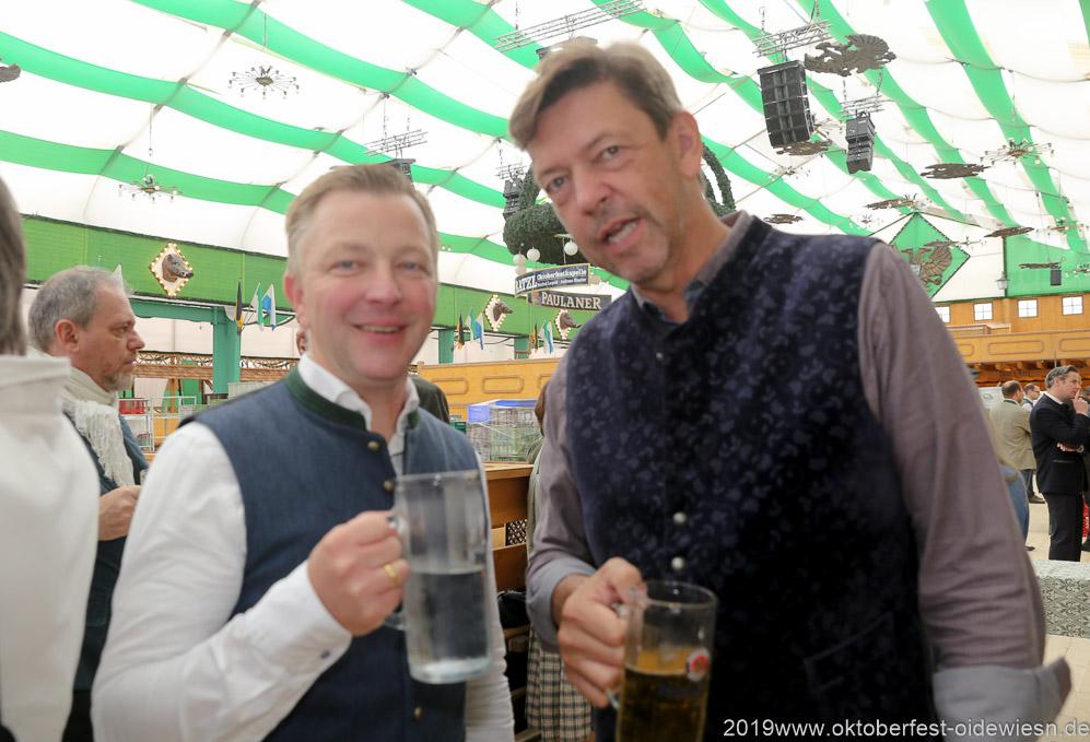 Christian Winklhofer und  Peter Reichert (re.), Präsentation Wiesnkrug im Armbrustschützenzelt auf der Theresienwiese in München 2019