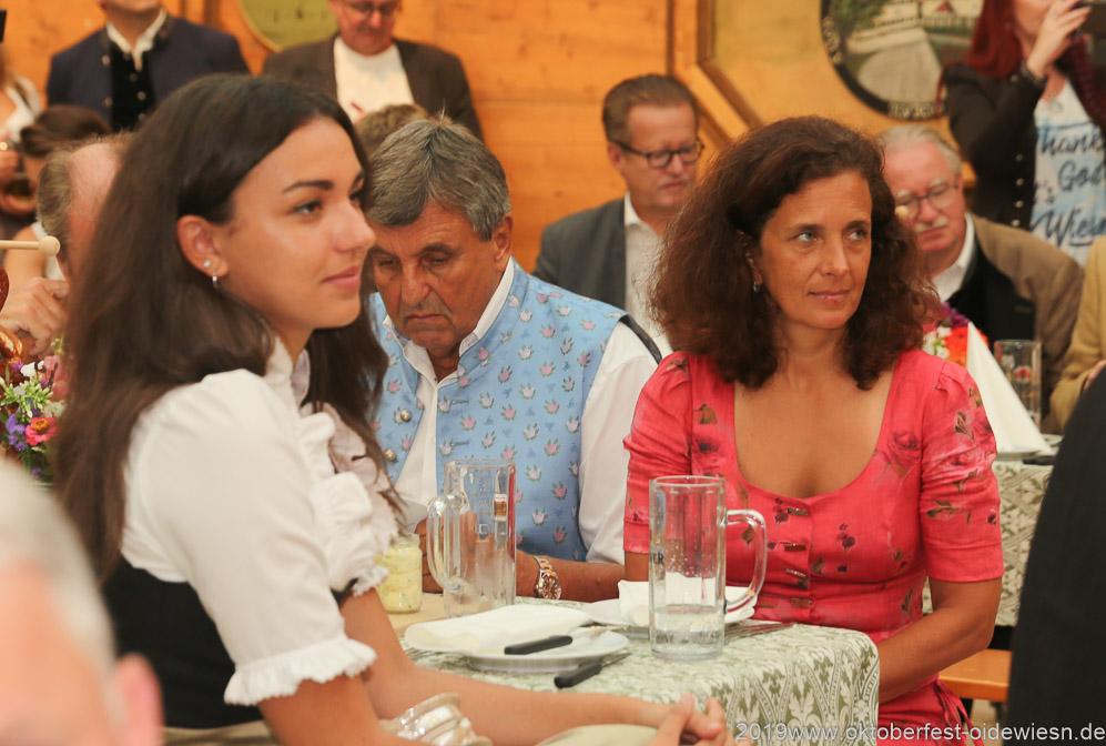 Ramona Pongratz, Peter Pongratz, Arabella Schörghuber (von li. nach re.), Präsentation Wiesnkrug im Armbrustschützenzelt auf der Theresienwiese in München 2019