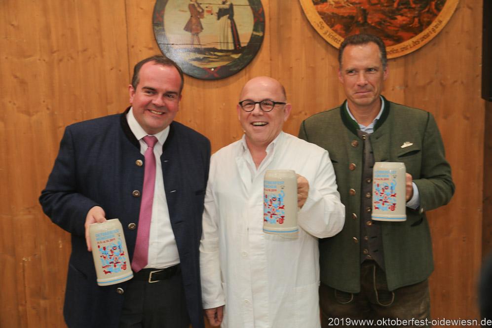 Clemens Baumgärtner, Jürgen Kirner, Peter Inselkammer (von li. nach re.), Präsentation Wiesnkrug im Armbrustschützenzelt auf der Theresienwiese in München 2019