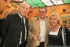 Peter Inselkammer sen., Bernhard Klier, Josefa Inselkammer (von li. nach re...), Präsentation Wiesnkrug im Armbrustschützenzelt auf der Theresienwiese in München 2019