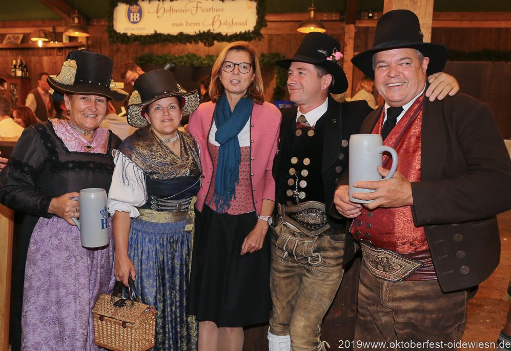 Gerdi Reichert (Mitte), Tag  10 im Volkssängerzelt zur Schönheitskönigin auf der Oidn Wiesn in München 2019