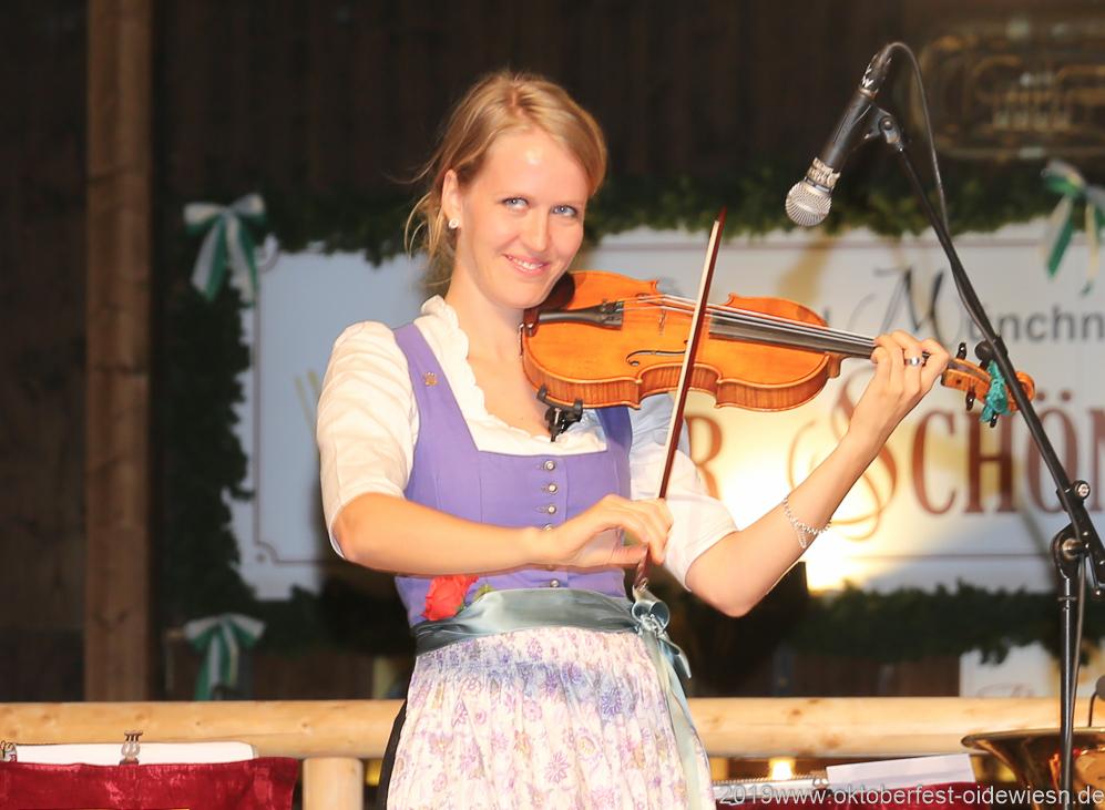 Katharina Baur, Tag  10 im Volkssängerzelt zur Schönheitskönigin auf der Oidn Wiesn in München 2019