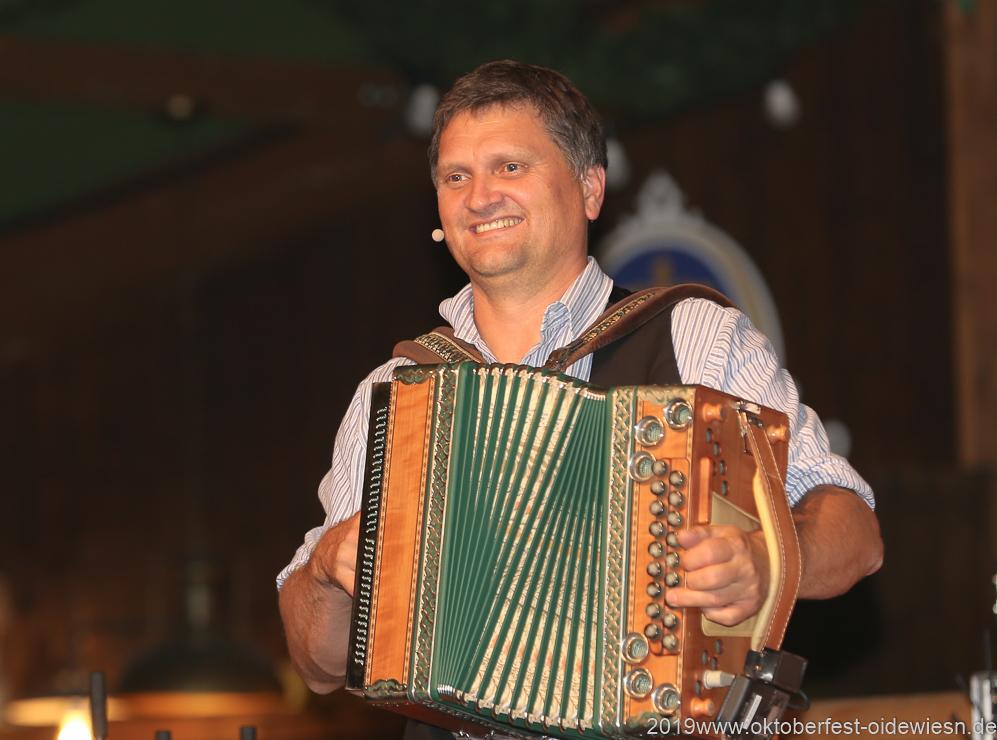 Bernhard Gruber, Tag  10 im Volkssängerzelt zur Schönheitskönigin auf der Oidn Wiesn in München 2019