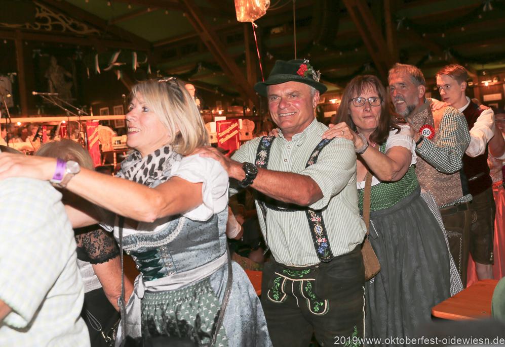 Tag  10 im Volkssängerzelt zur Schönheitskönigin auf der Oidn Wiesn in München 2019