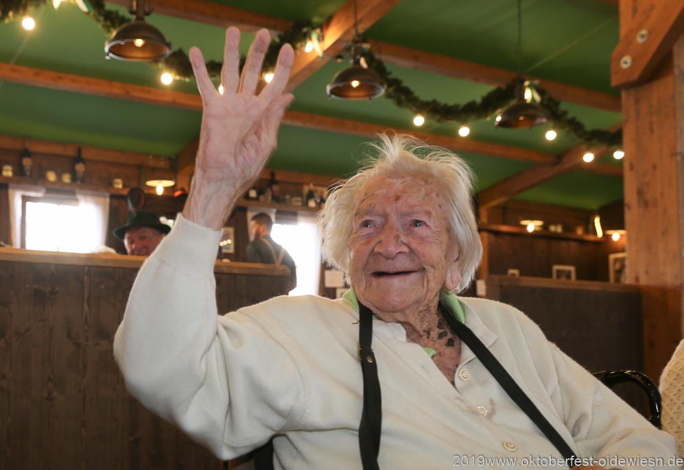 Martha Wiesenmayer, mit 104 Jahren wohl die die älteste Wiesnbesucherin, Tag 11  im Volkssängerzelt zur Schönheitskönigin auf der Oidn Wiesn in München 2019