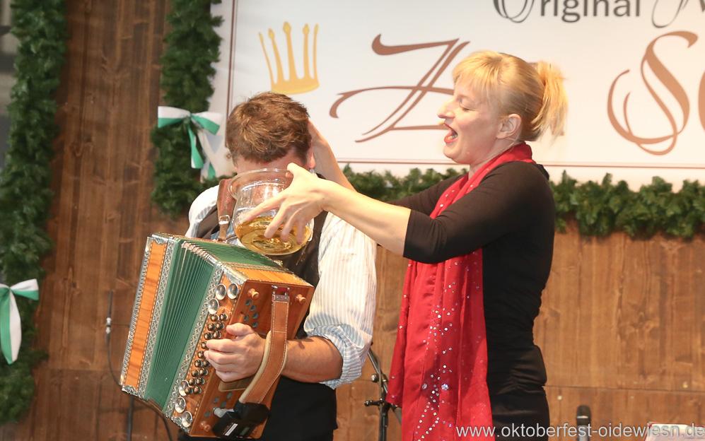 Bernhard Gruber und Bianca Bachmann, Schönheitskönigin 15. Tag auf der Oidn Wiesn am Oktoberfest in München 2018