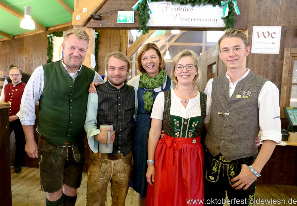 Gerdi Reichert (Mitte), Antje und Luis Schneider (re.), Schönheitskönigin 15. Tag auf der Oidn Wiesn am Oktoberfest in München 2018