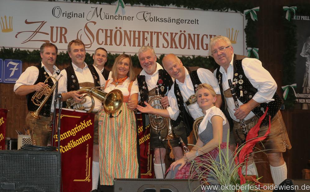 Tanngrindler Musikanten mit Renate Langwieder (Mitte), Schönheitskönigin 15. Tag auf der Oidn Wiesn am Oktoberfest in München 2018