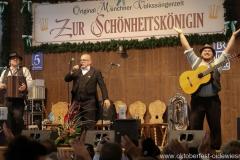 Tom und Basti mit Jürgen Kirner (Mitte), der 3. Tag in der Schönheitskönigin auf der Oidn Wiesn am Oktoberfest in München 2018