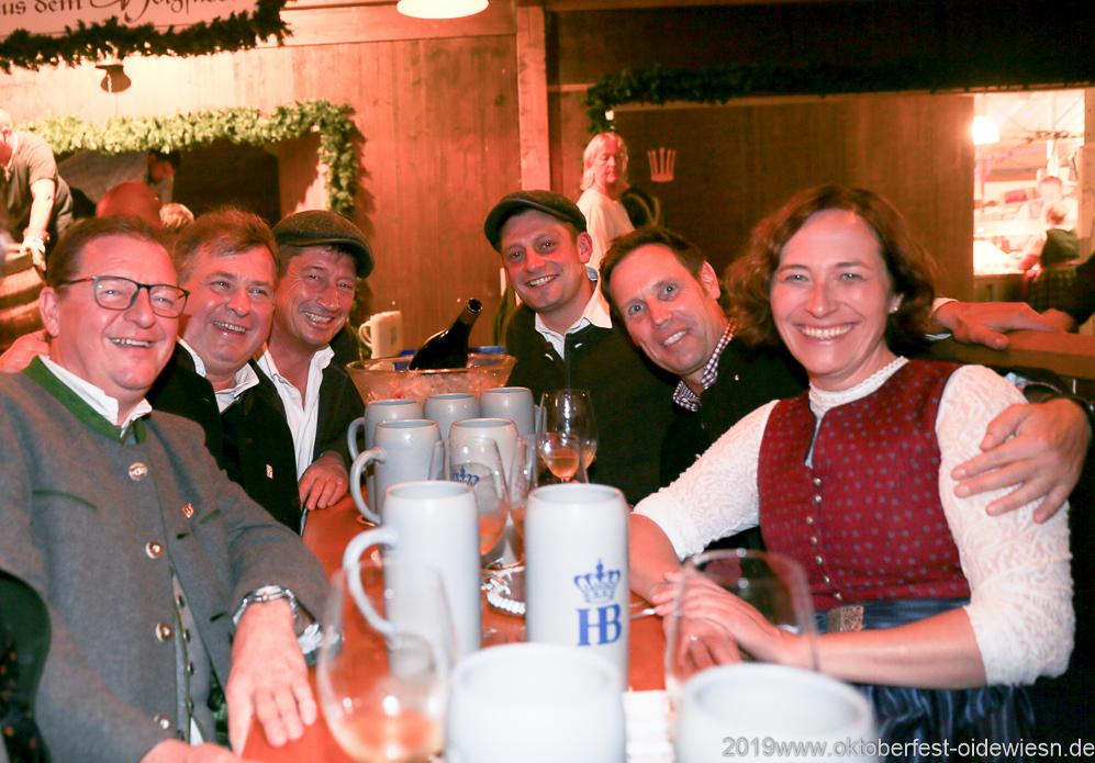 Berndhard Klier, Lorenz Stiftl, Michael Bietsch (li. Seite), Sebastian Bietsch (3. von re.), Claudia Bauer (re.), Tag 6 im Volkssängerzelt zur Schönheitskönigin auf der Oidn München 2019