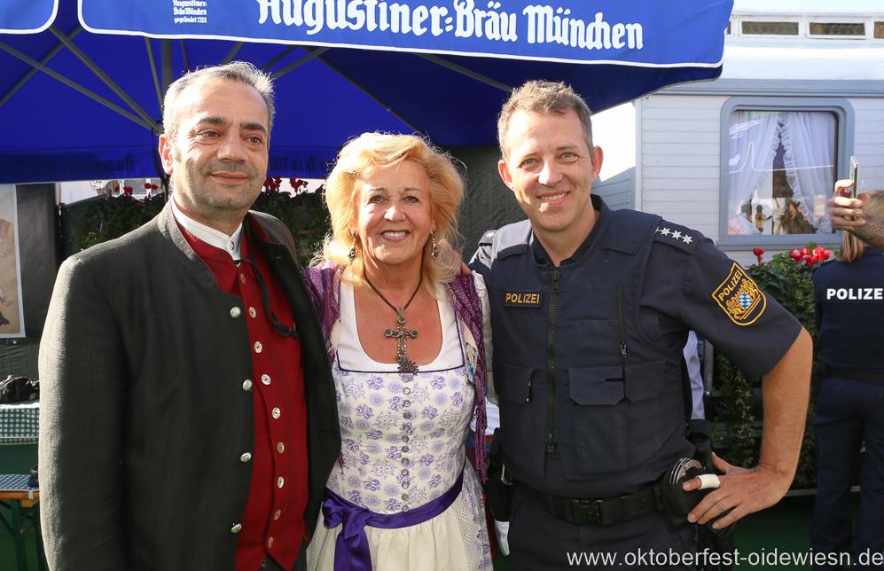 Elisabeth Polaczy (Mitte), Dieter Reiter auf dem Teufelsrad am Oktoberfest in München 2018