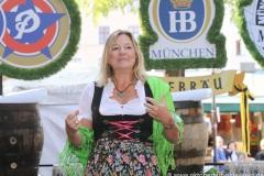 """Anja Berger, Mit einem symbolischen Anzapfen am Viktualienmarkt unter dem Motto """"Unser Herz für die Wiesn"""" läuteten die Münchner Brauereien zusammen mit den Wiesnwirten das 188. Oktoberfest 2021 ein,"""