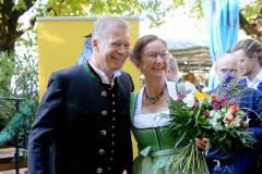 """Andreas Steinfatt  und  Kira Weißbach, Mit einem symbolischen Anzapfen am Viktualienmarkt unter dem Motto """"Unser Herz für die Wiesn"""" läuteten die Münchner Brauereien zusammen mit den Wiesnwirten das 188. Oktoberfest 2021 ein,"""