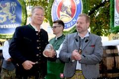 """Andreas Steinfatt und Andreas Maisberger (re.), Mit einem symbolischen Anzapfen am Viktualienmarkt unter dem Motto """"Unser Herz für die Wiesn"""" läuteten die Münchner Brauereien zusammen mit den Wiesnwirten das 188. Oktoberfest 2021 ein,"""